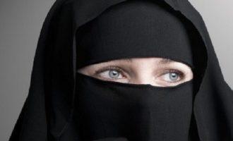 L'Algérie interdit le voile intégral « niqab » dans les lieux de travail.